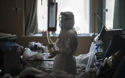 في هذه الصورة التي تم التقاطها في 22 فبراير، 2020، تظهر ممرضة تعمل في وحدة العناية المركزة المخصصة لمرضى فيروس كورونا في مدينة ووهان في مقاطعة هوبي بوسط الصين.  (Xiao Yijiu/Xinhua via AP)