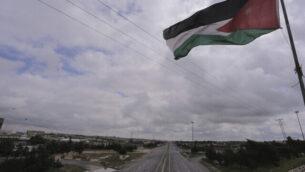 العلم الأردني يرفرف فوق العاصمة الأردنية عمان الخاضعة لإجراءات إغلاق في 21 مارس، 2020. (AP/Raad Adayleh)