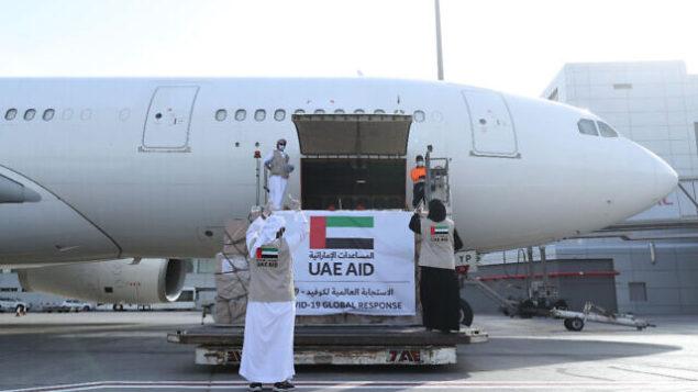 هذه الصورة التي نشرتها وكالة أنباء الإمارات الرسمية في 19 مايو، 2020، لطائرة تابعة لشركة 'الإتحاد للطيران' التي ستنقل بمساعدات للفلسطينيين لمكافحة جائحة فيروس كورونا خلال تحميل شحنتها في أبو ظبي، الإمارات. (WAM via AP)