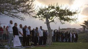 مصلون مسلمون يؤدون صلاة عيد الفطر في متنزه في مدينة يافا، 24 مايو، 2020. (AP Photo/Oded Balilty)