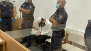عميرام بن أوليئيل يجلس في محكمة اللد المركزية، 18 مايو 2020. (Jacob Magid/Times of Israel)