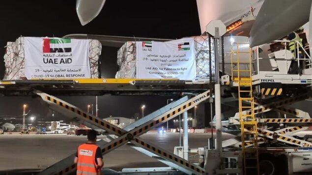طائرة تابعة لشركة 'الإتحاد للطيران' محملة بمساعدات طبية للفلسطينيين لمحاربة فيروس كورونا، بعد هبوطها في مطار بن غوريون، 19 مايو 2020 (Nickolay Mladenov/Twitter)
