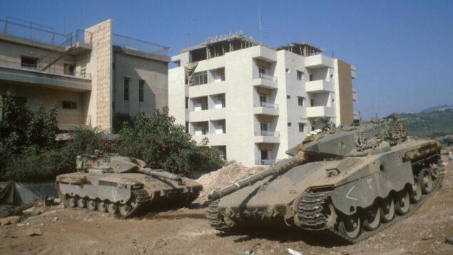 دبابات الجيش الإسرائيلي بالقرب من منازل في مدينة صور بجنوب لبنان، 22 يوليو 1982 (Yossi Zamir / Flash90)