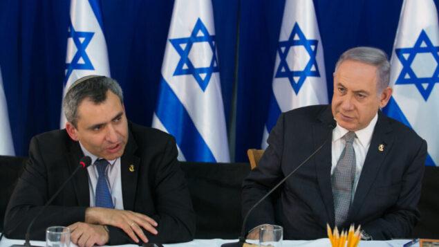 رئيس الوزراء بنيامين نتنياهو (يمين) يجلس مع الوزير زئيف إلكين خلال اجتماع حكومي خاص ليوم القدس في نبع عين لافان في القدس، 2 يونيو 2016. (Marc Israel Sellem / POOL)