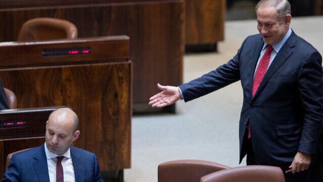 رئيس الوزراء بنيامين نتنياهو ، من اليمين، يتحدث مع وزير التربية والتعليم آنذاك نفتالي بينيت خلال جلسة للهيئة العامة للكنيست، 5 ديسمبر، 2016. (Yonatan Sindel / Flash90)(Yonatan Sindel/Flash90)