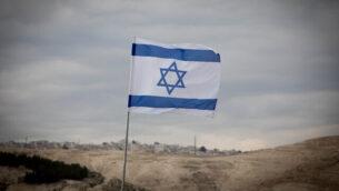 العلم الإسرائيلي يرفرف في المنطقة E1 بالضفة الغربية، 2 يناير، 2017.(Yonatan Sindel/Flash90)