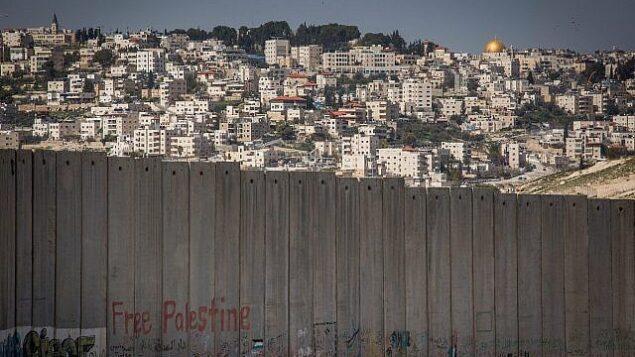بلدة أبو ديس بالضفة الغربية، على أطراف مدينة القدس.  (Miriam Alster/Flash90)