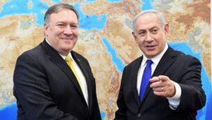 وزير الخارجية الأمريكي مايك بومبيو (إلى اليسار) مع رئيس الوزراء بنيامين نتنياهو في تل أبيب، 29 أبريل 2018 (Matty Stern/US Embassy Tel Aviv/Flash90)