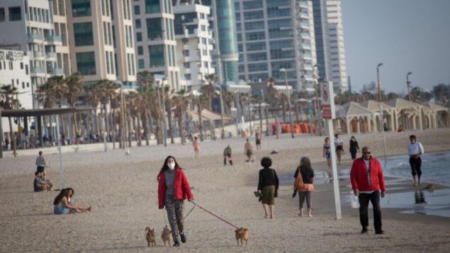 إسرائيليون يستمتعون من الكورنيش والشاطئ في تل أبيب، مع رفع بعض القيود على ممارسة الرياضة، 1 مايو 2020. (Miriam Alster / FLASH90)