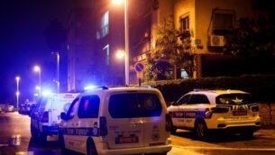 صورة توضيحية: عناصر الشرطة وطاقم طبي في موقع جريمة قتل-انتحار مشتبه بها في بتاح تكفا، 17 يناير 2020. (Roy Alima / Flash90)