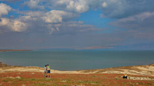 إسرائيليون يتمتعون  بتفتح الزهور في البحر الميت، 20 فبراير، 2020.  (Yaakov Lederman/Flash90)