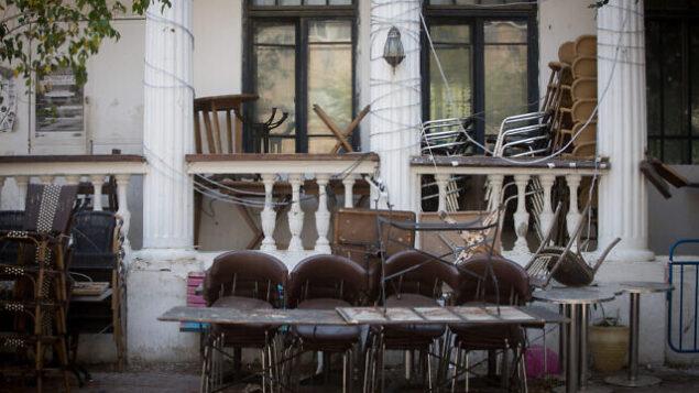 مقهى مغلق في شارع 'نحلات بينيامين' بتل أبيب، 14 أبريل، 2020.  (Miriam Alster/Flash90)