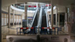 متاجر مغلقة في مركز ماميلا التجاري بالقرب من البلدة القديمة في القدس، 22 أبريل 2020 (Olivier Fitoussi / Flash90)