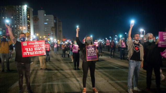 أصحاب مصالح تجارية صغيرة ونشطاء يشاركون في تظاهرة للمطالبة بالحصول على دعم مالي من الحكومة الإسرائيلية في تل أبيب، 2 مايو، 2020. (Miriam Alster/Flash90)