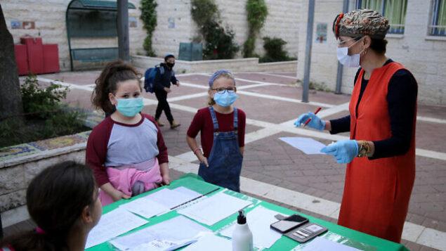 الطلاب الإسرائيليون في مدرسة 'أوروت عتصيون' في إفرات يضعون أقنعة الوجه مع عودتهم إلى المدرسة لأول مرة منذ تفشي فيروس كورونا ، 3 مايو 2020. (Gershon Elinon / Flash90)