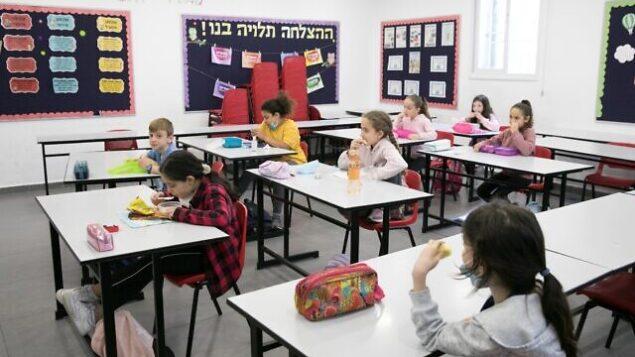 الطلاب الإسرائيليون يعودون إلى المدارس للمرة الأولى منذ تفشي فيروس كورونا في 3 مايو 2020 في القدس. (Olivier Fitoussi/Flash90)