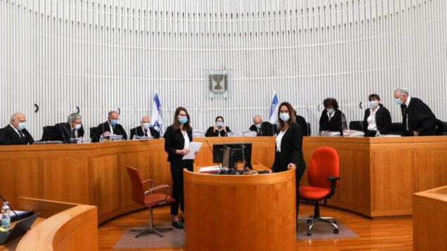 قضاة المحكمة العليا في جلسة بشأن التماسات مرفوعة ضد الحكومة المقترحة في القدس، 3 مايو 2020 (Yossi Zamir / POOL)