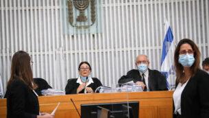 رئيسة المحكمة العليا إستر حايوت (وسط) خلال مداولات محكمة العدل العليا بشأن التماسات ضد تعيين بنيامين نتنياهو رئيسًا للوزراء، 3 مايو 2020 (Yossi Zamir / POOL)