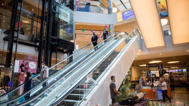 متسوقون في مركز التسوق 'مالحا' في القدس المكتظ عادة بعد إعاة فتحه في 7 مايو، 2020. (Yonatan Sindel/Flash90)