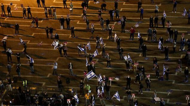إسرائيليون يتظاهرون ضد رئيس الوزراء بنيامين نتنياهو في ميدان رابين بمدينة تل أبيب، 9 مايو، 2020.  (Miriam Alster/Flash90)