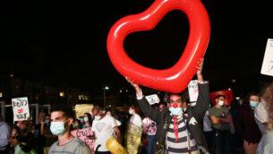 أطباء متمرنون يتظاهرون للمطالبة بتحسين ظروف عملهم في ميدان هابيما بمدينة تل أبيب، 9 مايو، 2002. (Miriam Alster/Flash90)