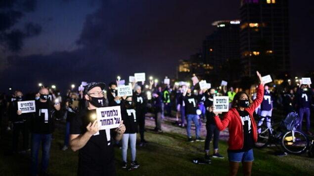 أصحاب المصالح التجارية الصغيرة ونشطاء يشاركون في تظاهرة للمطالبة بالحصول على دعم مالي من الحكومة الإسرائيلية في تل أبيب، 9 مايو، 2020.  (Tomer Neuberg/Flash90)