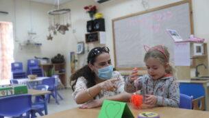 أطفال يعودون إلى الروضات في القدس، 10 مايو، 2020.  (Yonatan Sindel/Flash90)