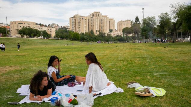 فتيات اسرائيليات في حديقة 'ساكر' في القدس، 11 مايو 2020 (Olivier Fitoussi/Flash90)