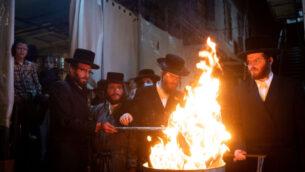 يهود متشددون يحتفلون بعيد 'لاغ بعومر' في حي مئة شعاريم اليهودي المتشدد في القدس، 11 مايو 2020 (Yonatan Sindel / Flash90)