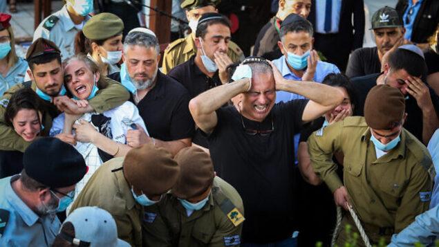 أبناء العائلة وأصدقاء يشاركون في جنازة الجندي عميت بن يغال في المقبرة في مدينة بئر يعقوب بوسط البلاد، 12 مايو، 2020. (Yossi Aloni/Flash90)