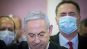 رئيس الوزراء بنيامين نتنياهو يدلي ببيان صحفي قبيل بدء محاكمته في المحكمة المركزية في القدس، 24 مايو، 2020.  (Yonatan Sindel/Flash90)
