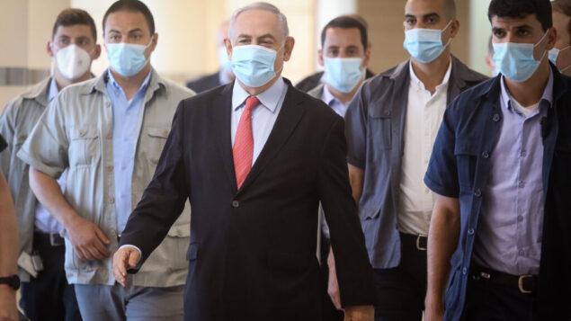 رئيس الوزراء بنيامين نتنياهو يصل إلى اجتماع لحزب الليكود في الكنيست، 25 مايو 2020. (Flash90)