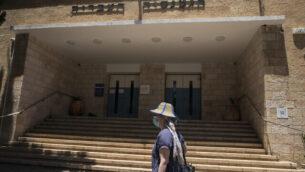مدخل مدرسة 'غيمناسيا رحافيا' الثانوية في القدس، 31 مايو، 2020. (Olivier Fitoussi/Flash90)