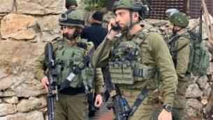 توضيحية: جنود إسرائيليون في موقع هجوم طعن بالقرب من مستوطنة كريات أربع، 18 يناير، 2020.  (IDF Spokesperson's Office)