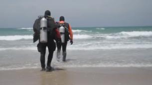 لقطة شاشة من مقطع فيديو لغواصين يشاركون في عمليات البحث عن راقص الباليه أيمن صفية، 26 مايو، 2020.(Israel Police)