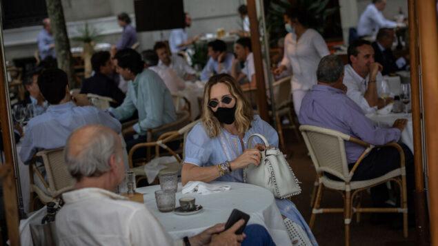 اشخاص في شرفة حانة في مدريد، إسبانيا، 25 مايو 2020 (AP / Bernat Armangue)