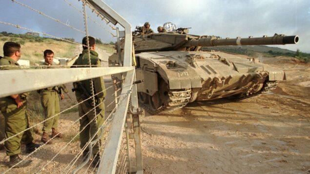 جنود إسرائيليون يفتحون البوابات على الحدود الشمالية لدبابة أثناء انسحاب الجيش الإسرائيلي من لبنان، 22 يونيو 2000. (Flash90)