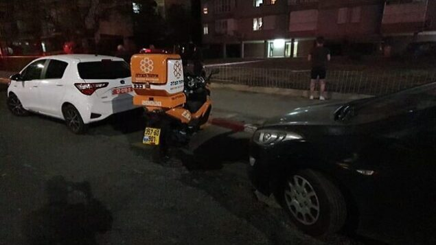 طواقم الشرطة والإسعاف في موقع تم العثور فيه على جثة امرأة في مدينة بات يام، 3 مايو، 2020.  (United Hatzalah)