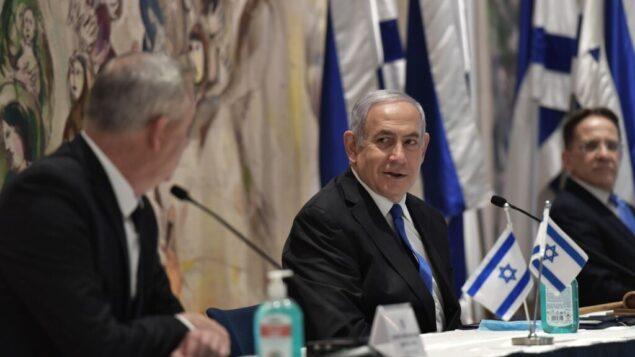 رئيس الوزراء بنيامين نتنياهو في قاعة 'شاغال' بالكنيست بعد مراسم تنصيب الحكومة الإسرائيلية الجديدة، 17 مايو 2020 (Kobi Gideom/GPO)