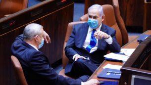 رئيس حزب 'أزرق أبيض'، بيني غانتس (يسار)، ورئيس الوزراء بنيامين نتنياهو في الكنيست، 17 مايو، 2020. (Knesset)