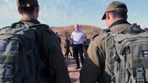 وزير الدفاع بيني غانتس، وسط الصورة، يلتقي بجنود من من الكتيبة 2020 في لواء المظليين عند حدود غزة، 26 مايو، 2020. (Ariel Hermoni/Defense Ministry)