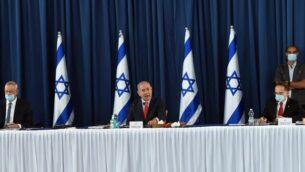 (من اليسار إلى اليمين) وزير الدفاع بيني غانتس، ورئيس الوزراء بنيامين نتنياهو، وسكرتير الحكومة تساحي برافرمان، خلال جلسة لمجلس الوزراء في وزارة الخارجية، 31 مايو، 2020. (Haim Zach/PMO)