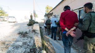 صورة توضيحية: قوات الأمن الإسرائيلية تعتقل أعضاء يشتبه في أنهم حركة الجبهة الشعبية لتحرير فلسطين، كجزء من حملة واسعة النطاق ضد الحركة في الضفة الغربية، في صورة غير مؤرخة نُشرت في 17 ديسمبر 2019. (Israel Defense Forces)
