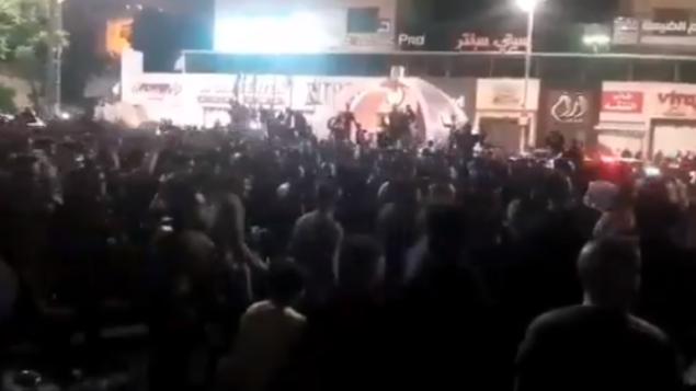فلسطينيون يتظاهرون احتجاجا على إجراءات الإغلاق في مدينة الخليل، فجر الأحد، 24 مايو، 2020. (video screenshot)