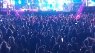 الآلاف يشاركون في حفل أقيم في تل أبيب، 21 مايو، 2020. (screen capture: Twitter/Itay Blumenthal)