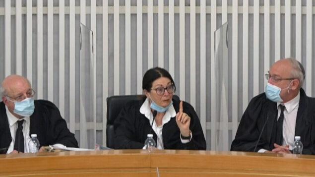 من اليسار إلى اليمين: القاضي حنان ملتسر، رئيسة المحكمة إستر حايوت، والقاضي نيل هيندل، في محكمة العدل العليا، 4 مايو 2020. (Screenshot)