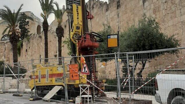 عمليات حفر تجريبية لمحطة قطار في البلدة القديمة بمدينة القدس، 9 مايو، 2020. (Emek Shaveh)