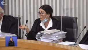رئيسة قضاة المحكمة العليا إستر حايوت تتحدث خلال مداولات محكمة العدل العليا بشأن الالتماسات ضد تعيين بنيامين نتنياهو رئيسًا للوزراء، 3 مايو 2020. (Screen capture)
