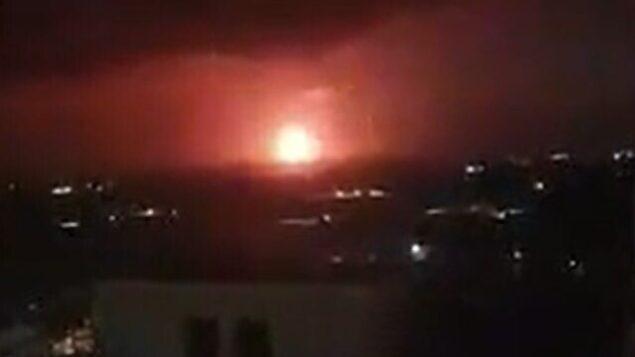 لقطة شاشة من مقطع فيديو لغاز طبيعي يتم حرقه في منصة ليفياتان قبالة السواحل الإسرائيلية، 23 مايو، 2020.  (Screen grab/Walla)