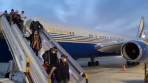 مواطنون إسرائيليون يصلون مطار بن غوريون بعد سفرهم من المغرب وسط جائحة فيروس كورونا (Screen grab/Twitter)